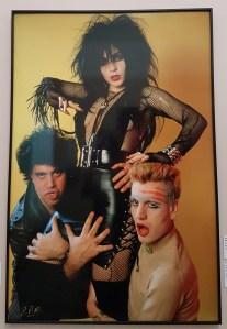 Foto Pablo Pérez-Mínguez, Poster du Rock-Ola: Pedro Almodóvar, Alaska et Fabio de Miguel,1983. Foto fra utstillingen; Siri Wolland.