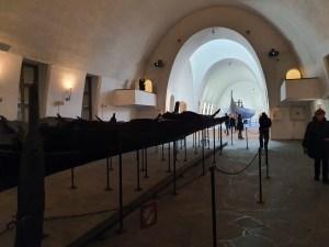 Museet er et flott bygg som huser Tuneskipet. Skipet ble bygget i eik og hadde plass til 24 roere. En sterk mast og liten lastekapasitet indikerer at dette var et krigsskip. Bare en liten del er bevart. Foto Siri Wolland.