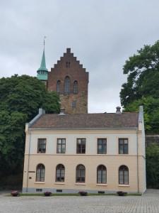 Michael von Sunds plass inne i festningsområdet. Hovedvakten fra 1720 og Akershus slott med Romerikstårnet i bakgrunnen. Foto Siri Wolland.