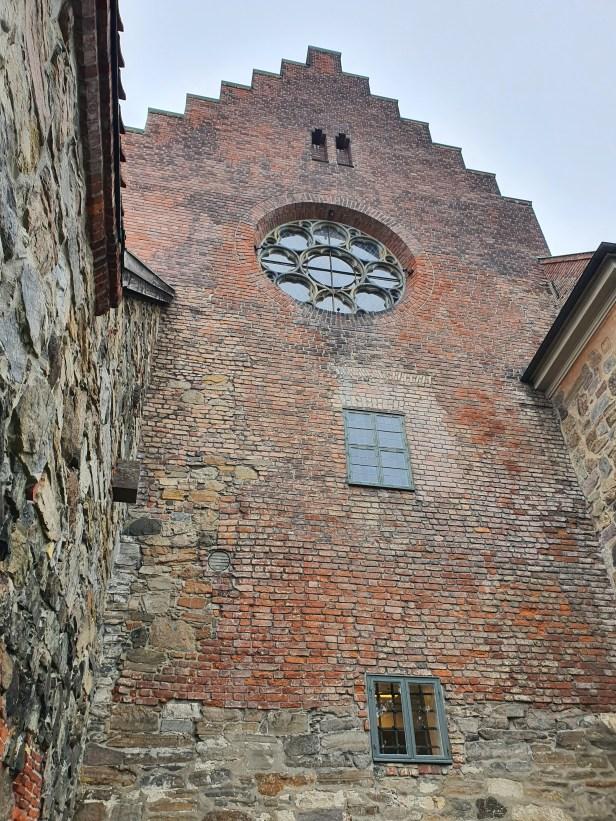 Rosevinduet er ganske nytt og var en gave til Kong Olav. I etasjen under satt Henrik Wergeland som i 1840 ble utnevnt til byråsjef i Finansdepartementet med ansvar for landets arkiv, som lå på Akershus slott. Han døde bare 37 år gammel. Foto Siri Wolland.