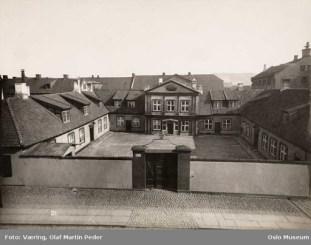 Mangelsgården med sidefløyer og gårdsplass omkring 1890. Foto Olaf Martin Væring/Oslo Museum.