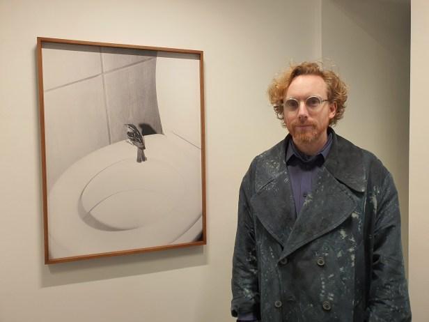Gallerist og kurator Rasmus Vasli. Fra fotoutstillingen Omatandangole, av Aapo Huhta, i fotogalleriet Vasli Souza.