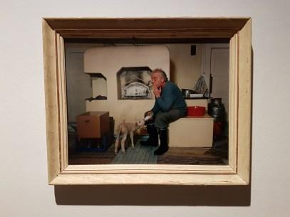 Fotograf Esko Männikkö (f. 1959) er kjent for sine portretter av enslige finske menn i en samfunnsdokumentarisk sjanger, fra 1990-tallet. Foto fra utstillingen: Siri Wolland