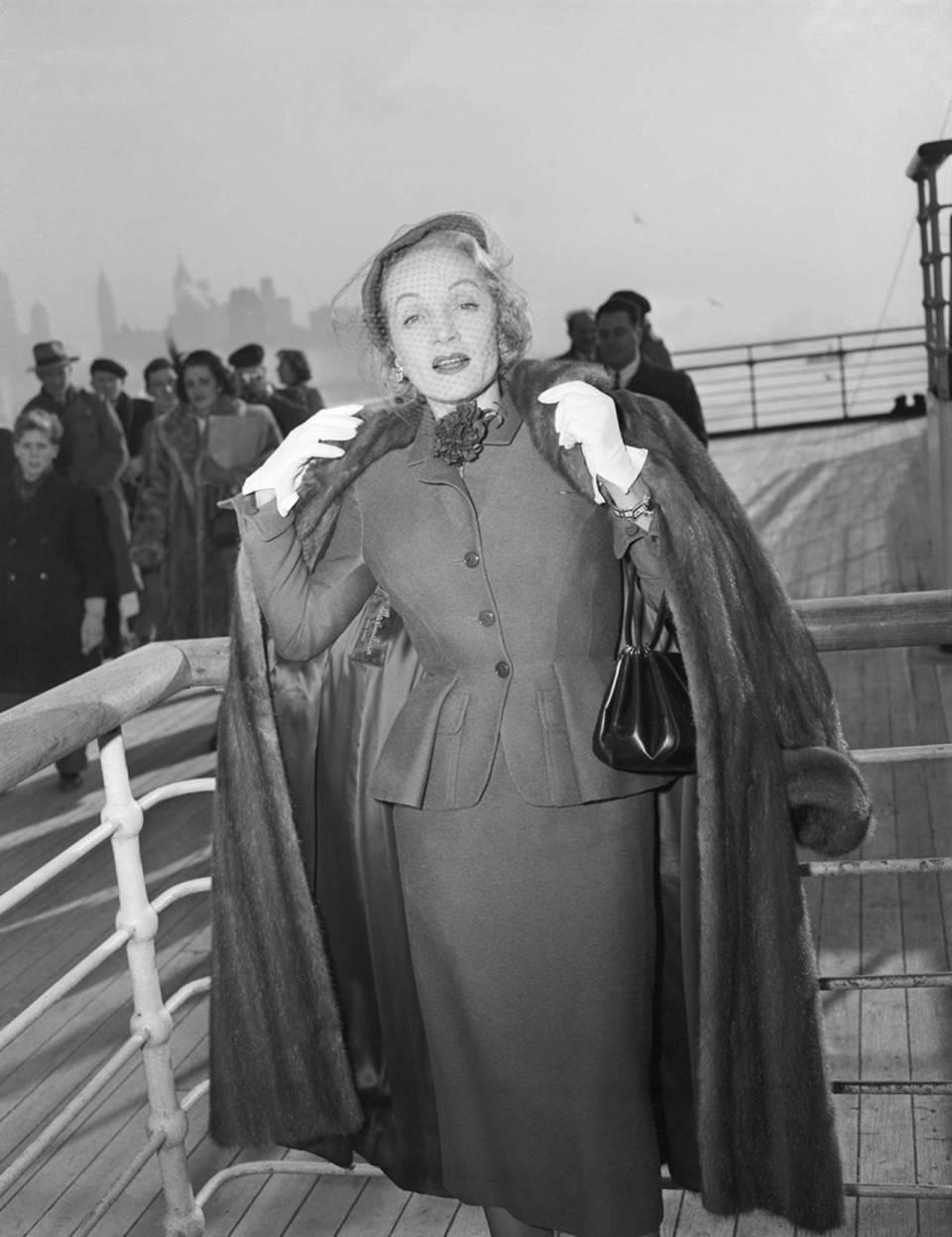 Fotografía de la actriz Marlene Dietrich en el Queen Elizabeth II en 1950, expuesta en el museo de Victoria y Albert, Londres.