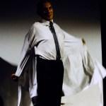 fotografía del diseñador Martin Margiela, con camisa blanca, corbata y pantalón negro