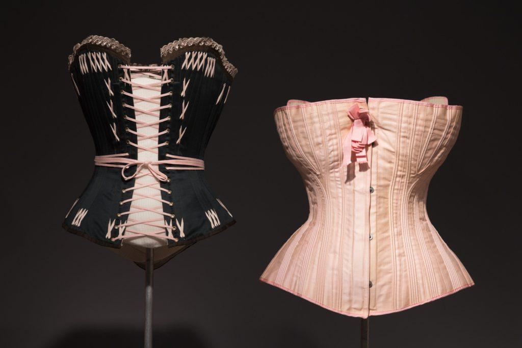 Dos corsés expuestos en el Museo de FIT
