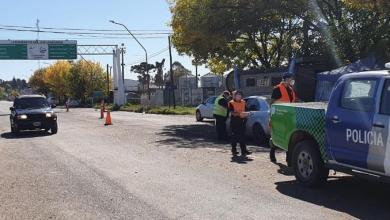 """Photo of Endurecen los controles en la ruta para """"flexibilizar"""" dentro de la ciudad"""