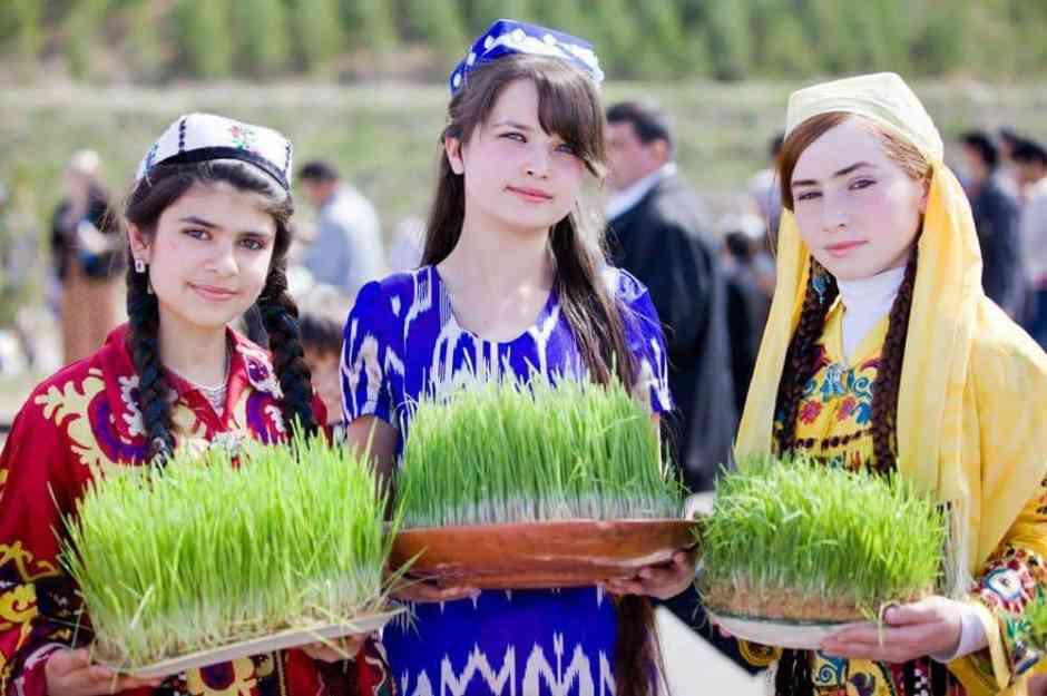 Tajik_girls_on_holiday_Navruz