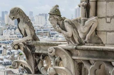 Créature reptilienne montrant ses crocs et Juifs errant l'alchimiste
