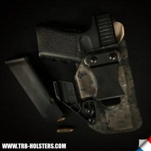 Arme dans son Holster en kydex, Premier équipement militaire