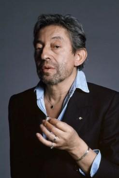 Serge Gainsbourg en blazer, avec son insigne des parachutistes © Photographie : Tony Frank