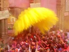 Nuage jaune jeté sur la foule dans le temple de Banke Bihari, à Vrindavan © Kumar Verma / Pacific Pre/SIPA
