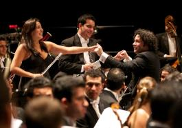 Famed Venezuelan conductor Gustavo Dudamel and members of the Simón Bolívar Symphony Orchestra | Photo: FundaMusical Bolívar