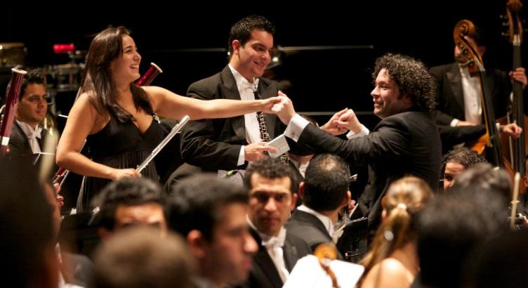Famed Venezuelan conductor Gustavo Dudamel and members of the Simón Bolívar Symphony Orchestra | Photo: FundaMusical Bolívar