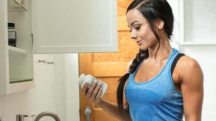 Девушка с банкой витаминов