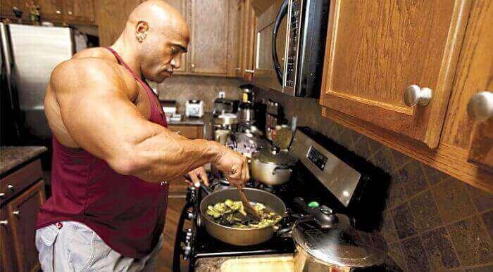 Мужчина атлет готовит