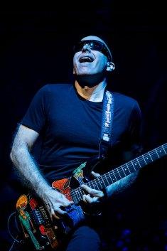 guitarra colorida em apresentação ao vivo de joe satriani