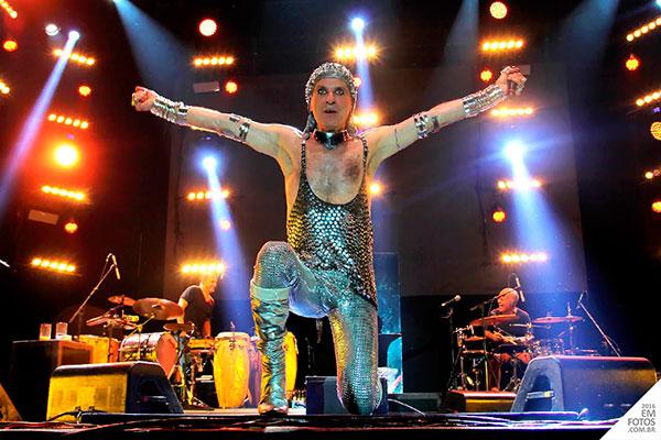 cantor ney matogrosso durante apresentação do show atento aos sinais