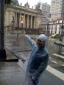 Señalando el palacio Tiradentes bajo lluvia y 3 kilos de ropa