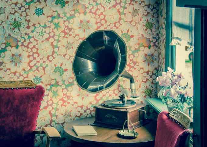 類比音樂(Analogy)與數位音樂(Digital)// 留聲機 // brown and black gramophone