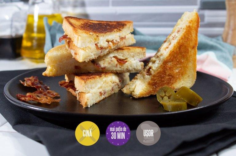 sandviș cald cu cheddar și ardei iute