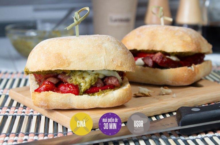 sandviș cu cârnați și sos pesto
