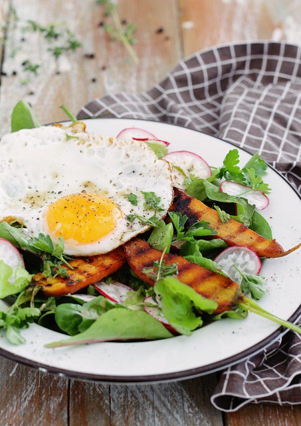 letnia salatka z jajkiem sadzonym