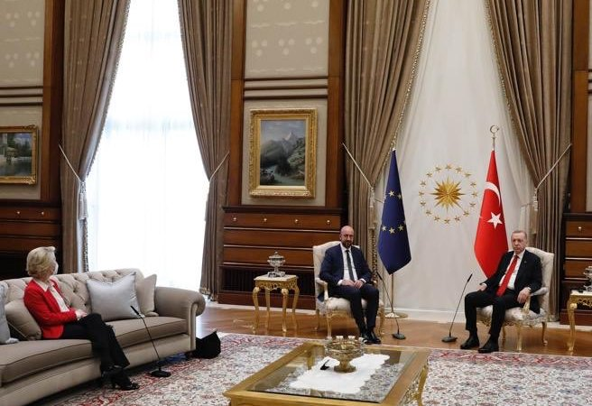 Erdogan ha lasciato senza sedia la Presidente Von Der Leyen: Michel non muove un dito