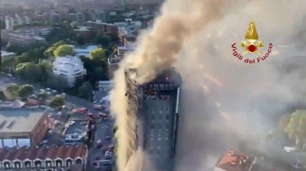 Milano, grande incendio di un grattacielo: «70 famiglie senza una casa, non è rimasto nulla»