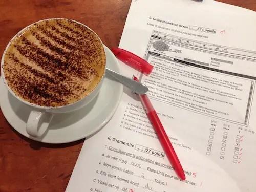 Boire du café en corrigeant des copies.