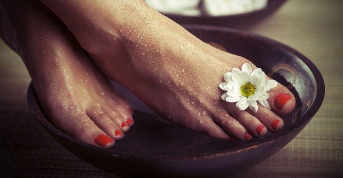Homemade_Foot_Soak_For_Dry_Feet_[Recipe]