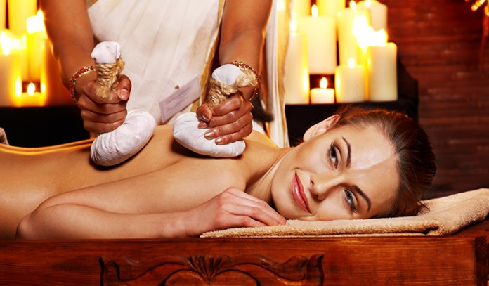 Njavarkizhi uses cooked rice wrapped in cotton cloth to massage and make the body perspire.