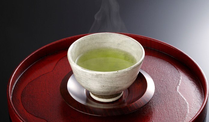 Antioxidant-rich green tea boosts eyelash growth and makes it voluminous.