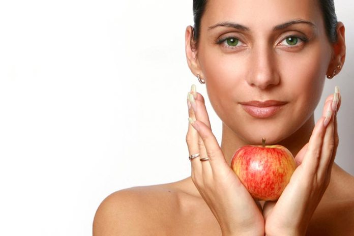 Apples can prevent the skin from aging by fighting free radicals.