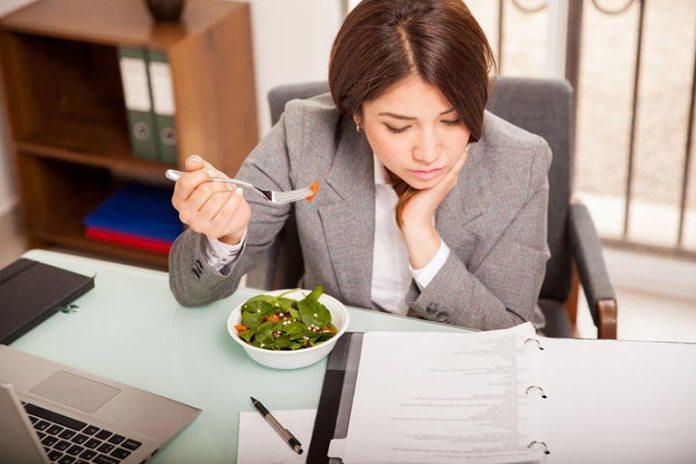Avoid multitasking while eating