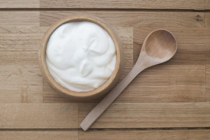 Yogurt removes dead cells from the skin, moisturizes it, and cleans up the skin.