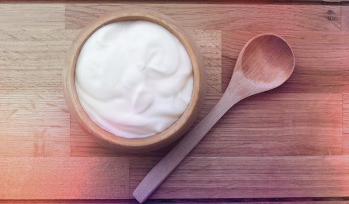 Tomato and yogurt prevents excessive oil production in the skin
