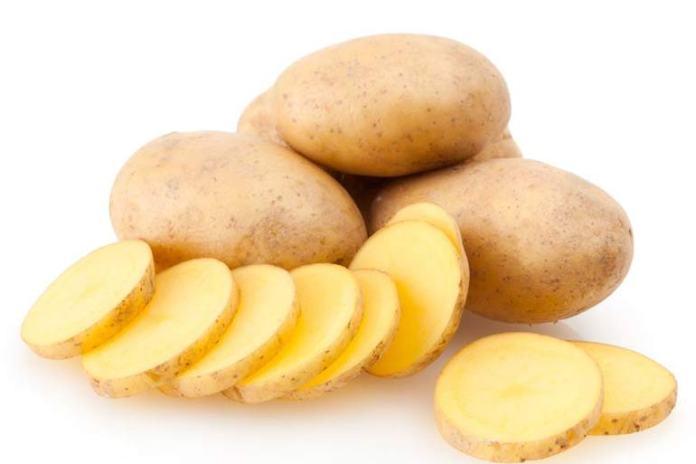 Potatoes treat the swollen lip.