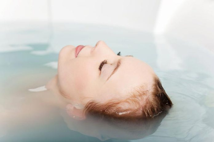 relax the mind through floatation therapy