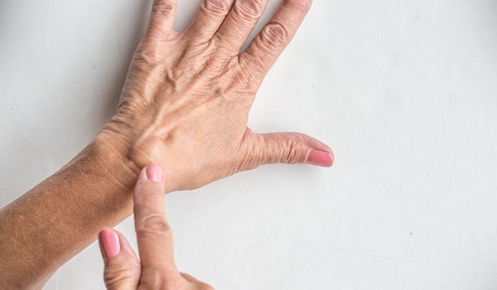 Common symptoms of ganglion cysts involve the appearance of a soft lump which may or may not cause pain.