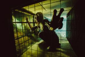 逮捕される女性画像