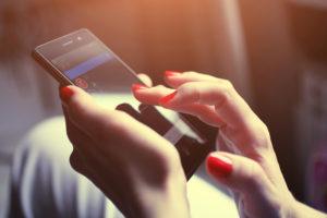 携帯チャットしている女性