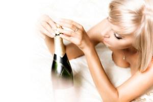 ニュークラブでシャンパンを開けているイメージ画像