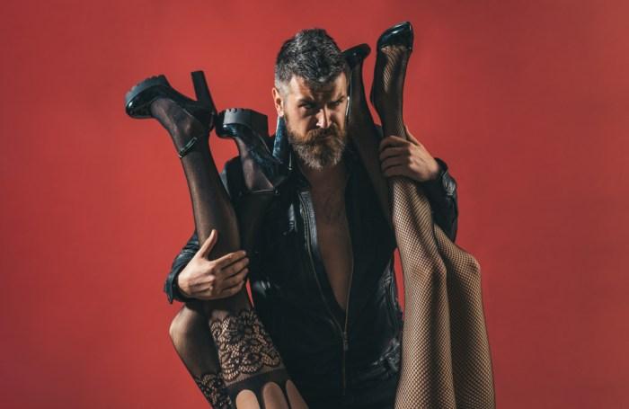 ワイルドなおじさんと女性の足