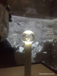 frammento della Luna esposto a Milano