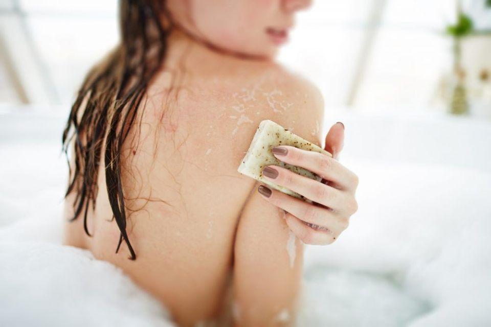 Mujer exfoliando su piel