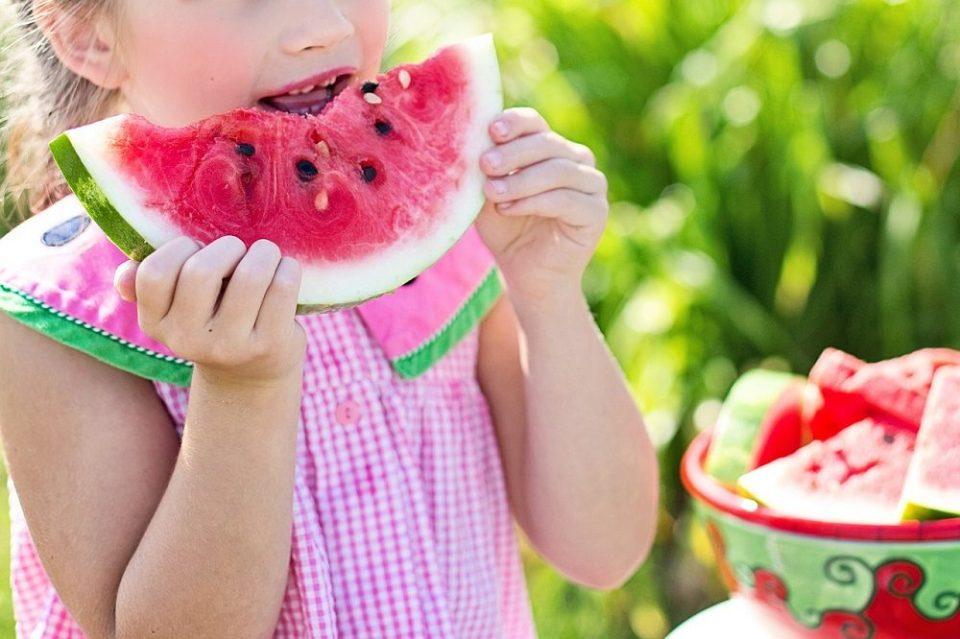 La fruta es importante en la alimentación de un niño