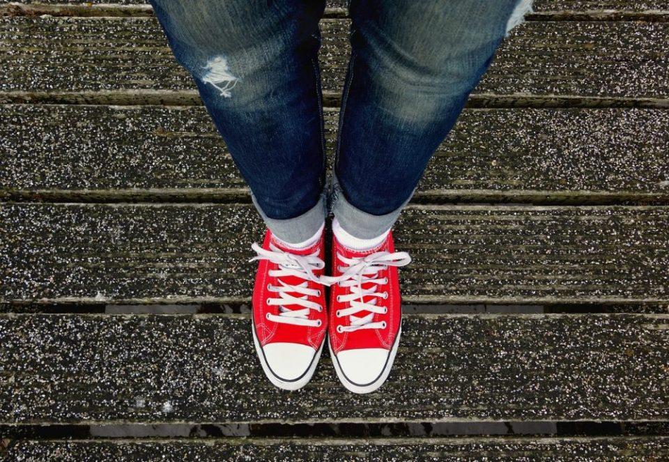 Zapatillas y jeans, una combinación perfecta