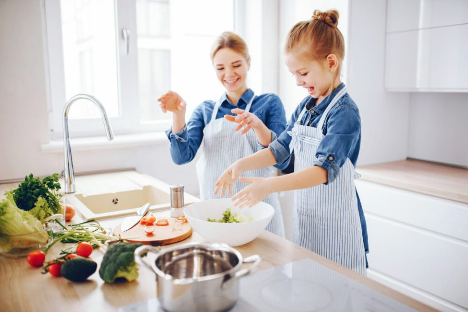 cocinar, una de las mejores actividades para hacer con los hijos durante el periodo de cuarentena