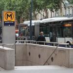 Conductora confunde acceso a una estación de metro con la entrada de un aparcamiento